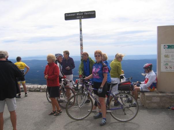 Turistas siguiendo la estela del Tour